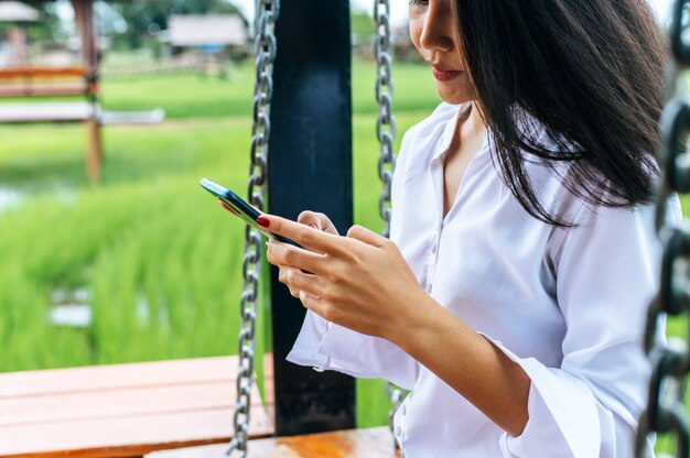 Kobieta stojąc na smartfonie