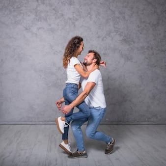 Kobieta stojąca na nogi mężczyzny