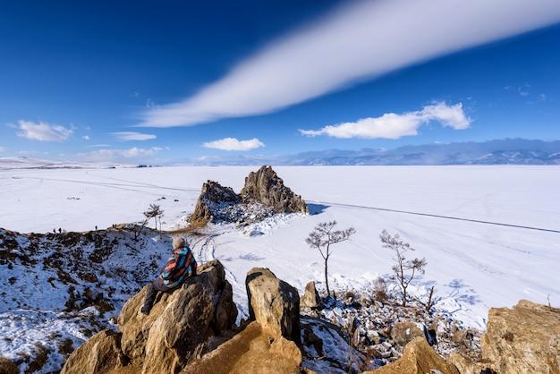 Kobieta stojąca na skale na shamanka rock w olkhon