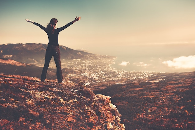 Kobieta stojąca na szczycie góry widok z tyłu