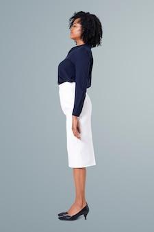 Kobieta stojąca prosto w pewnej postawie