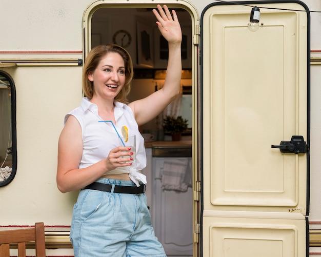 Kobieta stojąca trzymając szklankę lemoniady