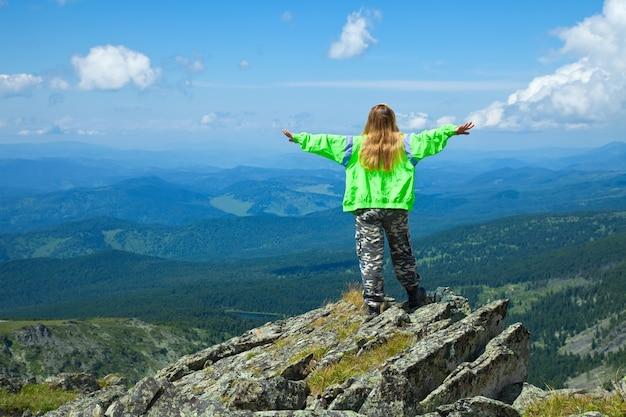 Kobieta stojąca w górnej skale