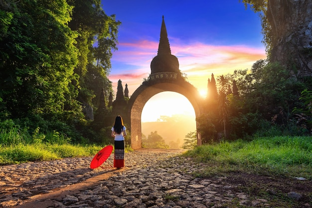 Kobieta stojąca w khao na nai luang dharma park w surat thani, tajlandia