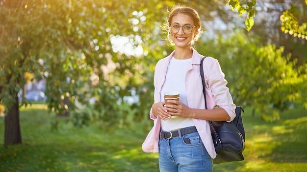 Kobieta stojąca w letnim parku osoba biznesowa