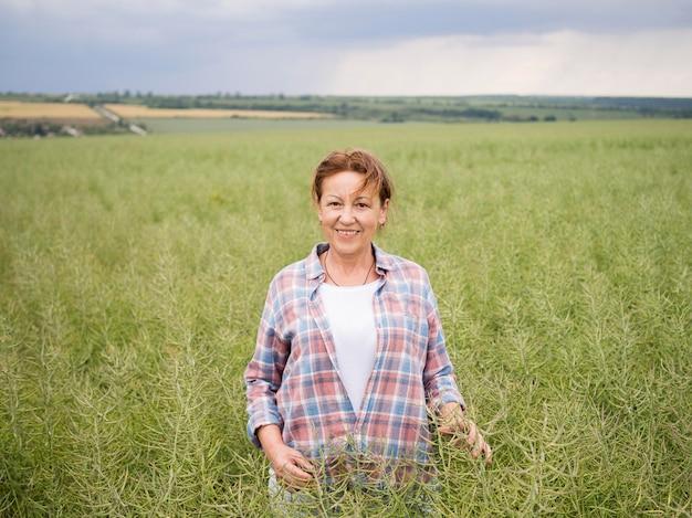 Kobieta stojąca w polu