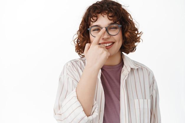Kobieta stojąca wesoła ze szczerym uśmiechem białym