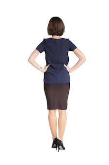 Kobieta, stojąca z jej plecami w sukience na białym tle