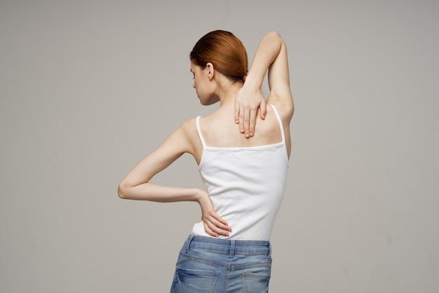 Kobieta stojąca z powrotem masaż skolioza medycyna na białym tle