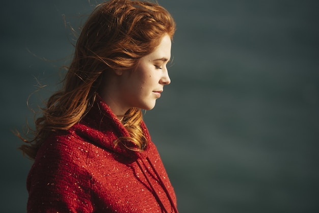 Kobieta stojąca z zamkniętymi oczami
