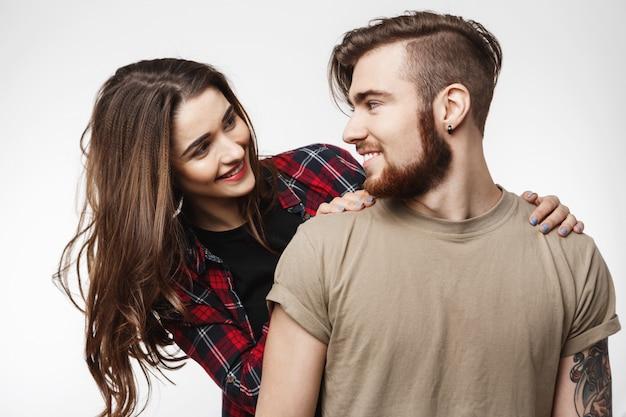 Kobieta stojąca za patrząc na faceta z uśmiechem