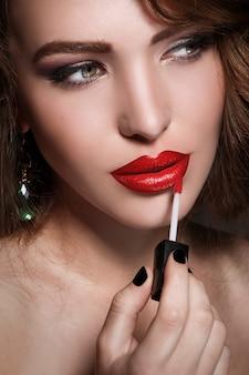 Kobieta stosowania czerwonej szminki