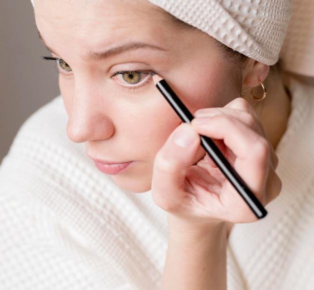 Kobieta stosowania eyeliner