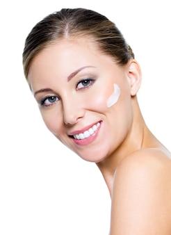 Kobieta stosowania kremu kosmetycznego