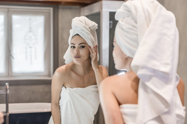 Kobieta stosowania kremu po prysznicem