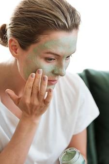 Kobieta stosowania organicznych maseczka na twarz
