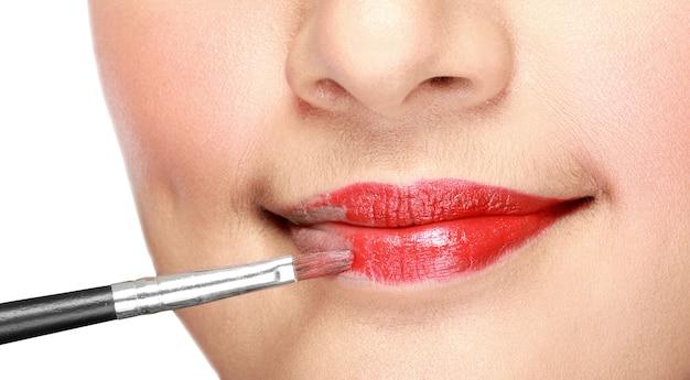 Kobieta stosowania szminki