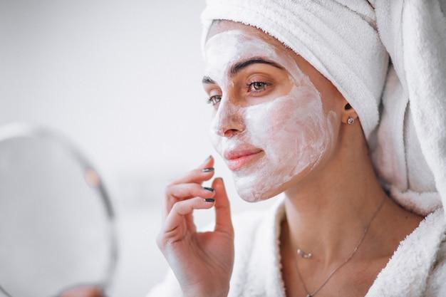 Kobieta stosuje piękno maskę