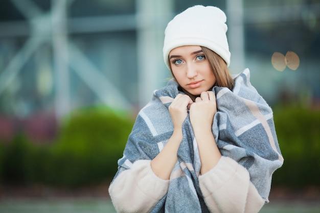 Kobieta stres piękna smutna zdesperowana kobieta w płaszcz zimowy cierpi na depresję