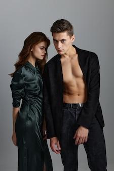 Kobieta strój wieczorowy rude włosy mężczyzna nagi tułów klasyczny kostium.