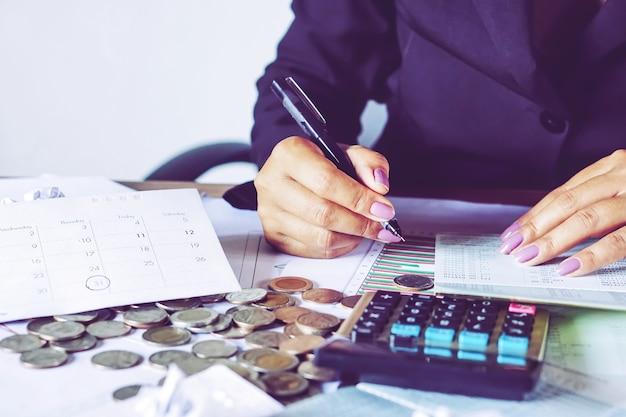 Kobieta strony obliczania pieniędzy na koncie oszczędności