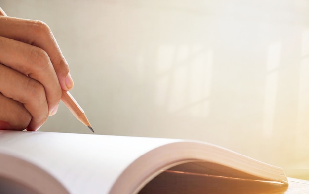 Kobieta strony pisania na notebooku