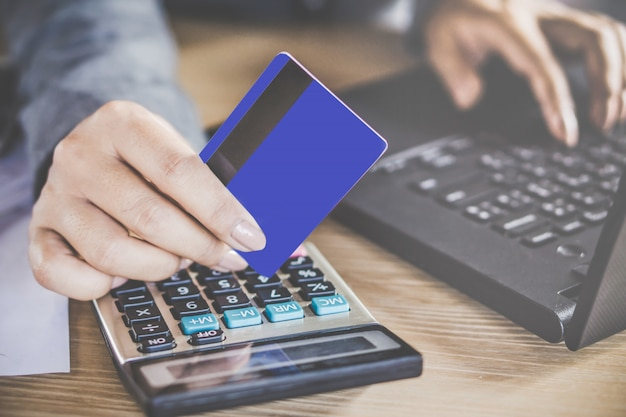 Kobieta strony posiadania karty kredytowej dokonywania płatności