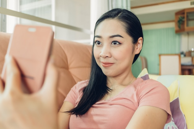 Kobieta strzela selfie ze swojego smartfona.