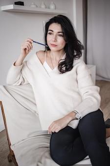 Kobieta student siedzi w obszarze roboczym