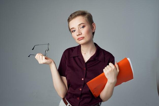 Kobieta studentów czerwony folder dokumenty styl życia moda