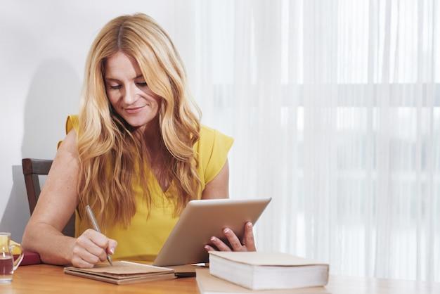 Kobieta studiuje w domu