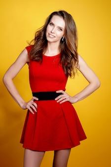 Kobieta stwarzających w czerwonej sukience