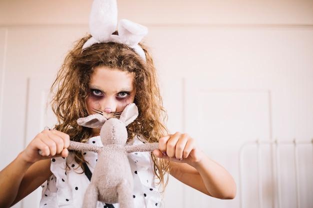 Kobieta stwarzających z zabawki królika