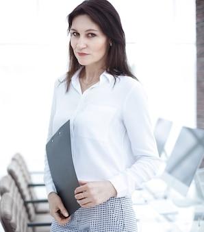 Kobieta sukcesu na tle biura