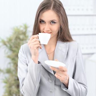 Kobieta sukcesu przy filiżance kawy