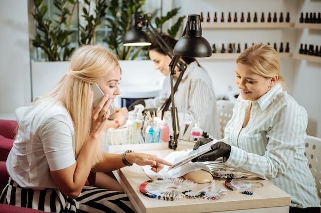 Kobieta sukcesu. sukces piękna blondynka z włosami odwiedzającymi salon kosmetyczny i po manicure