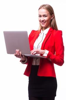 Kobieta sukcesu w biznesie stoi na na białym tle białej ścianie.