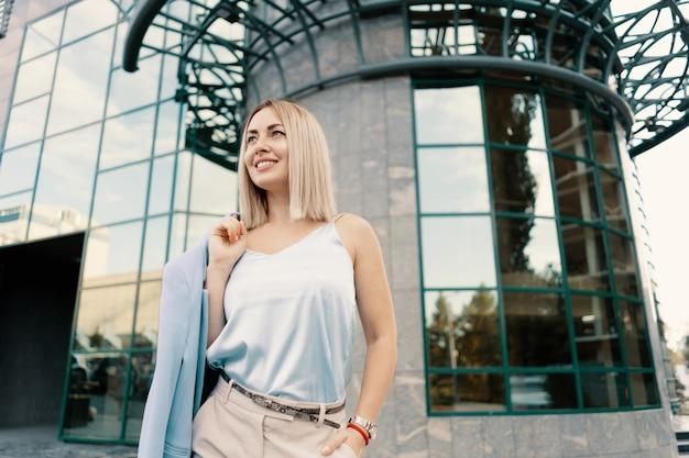 Kobieta sukcesu w biznesie w niebieskim kolorze