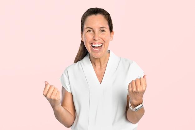 Kobieta sukcesu w portrecie w białej koszuli
