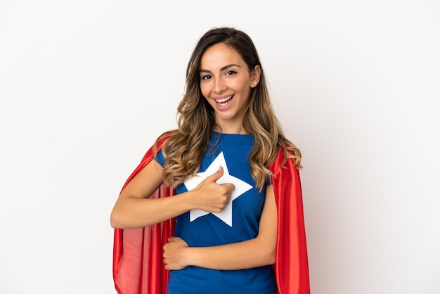 Kobieta superbohatera na białym tle, dająca kciuk w górę gestu