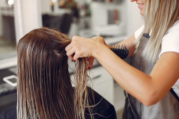 Kobieta suszenia włosów w hairsalon