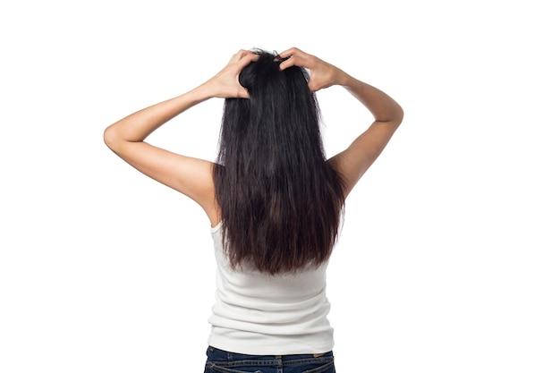 Kobieta swędząca skórę głowy swędzenie włosów na białym tle