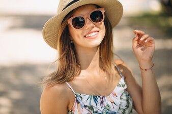 Kobieta szczęśliwa w sukni przy plażą