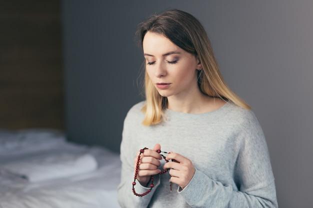Kobieta szczerze modli się do boga