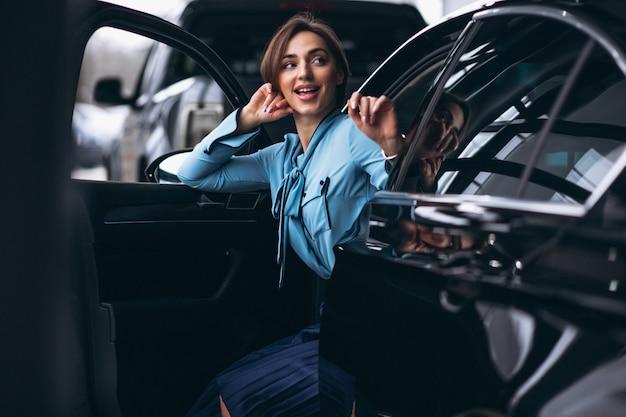 Kobieta szczęśliwa kupując samochód
