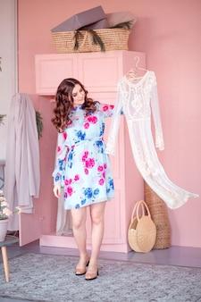 Kobieta szczęśliwa moda wybiera sukienkę