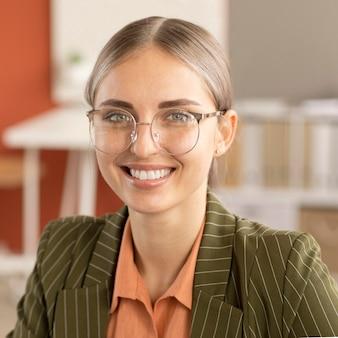 Kobieta szczęśliwa z powrotem do pracy
