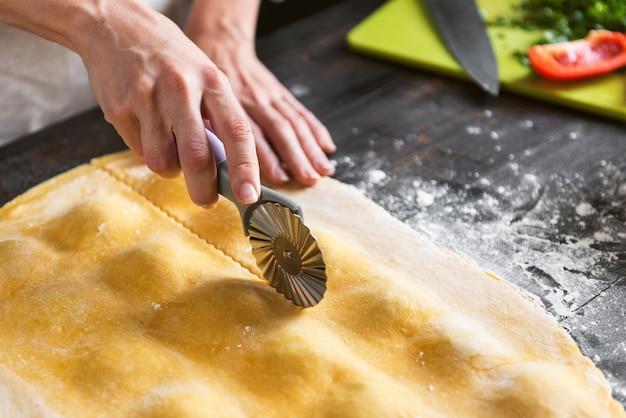 Kobieta szef kuchni gotuje krok po kroku tradycyjne ravioli