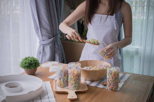Kobieta szef kuchni pakuje tajlandzkiego słodkiego cukierek.
