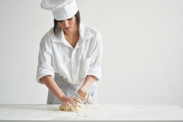 Kobieta szef kuchni wprowadza gotowanie ciasta piekarniczego